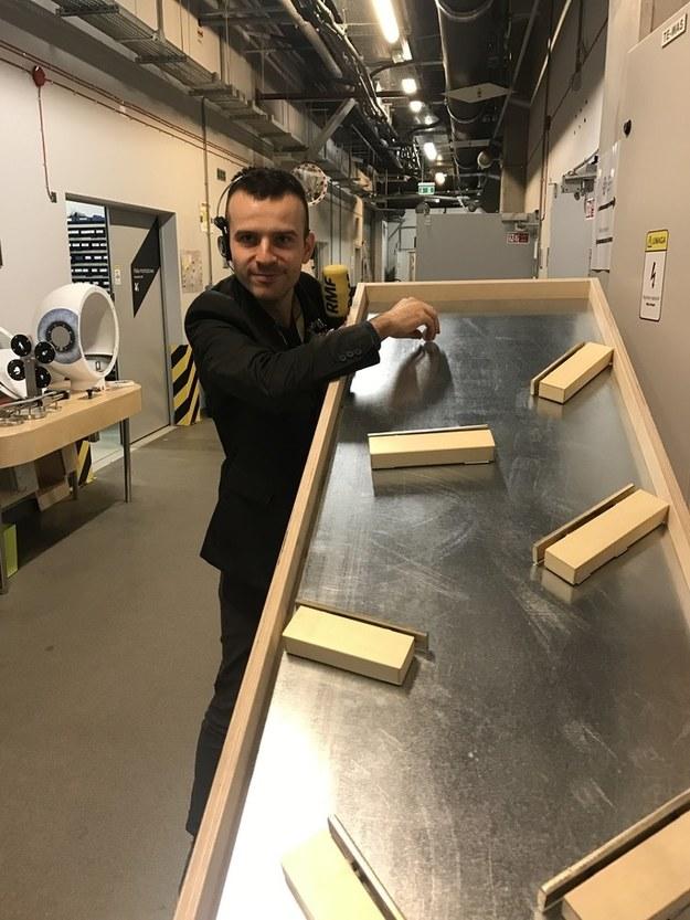 """Nowy eksponat o roboczej nazwie """"Dzwonki"""". Kulka odbija się od zamontowanych klawiszy grając melodię! /Michał Dobrołowicz /RMF FM"""