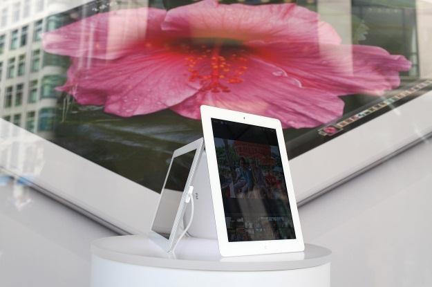 Nowy iPad wciąż sprzedaje się świetnie /AFP