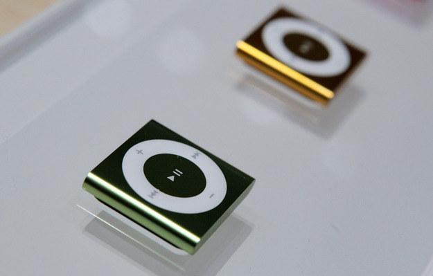 Nowy iPod shuffle - tak naprawdę, to nowego znajdziemy tu niewiele, ale player się sprawdza /AFP