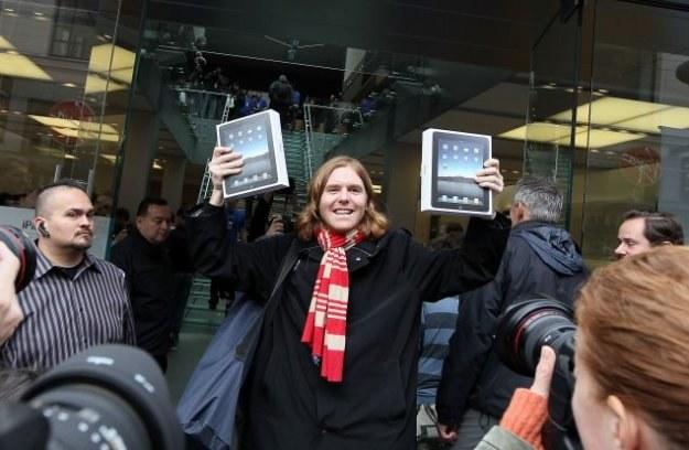 Nowy Jork, pierwszy dzień sprzedaży iPada. Niektórzy kupili dwa egzemplarze tableta Apple /AFP