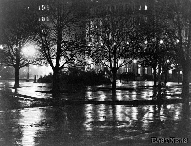 Nowy Jork. Zimowa noc roku 1885, rozjaśniona światłem ulicznych latarni gazowych /Image Asset Management /East News