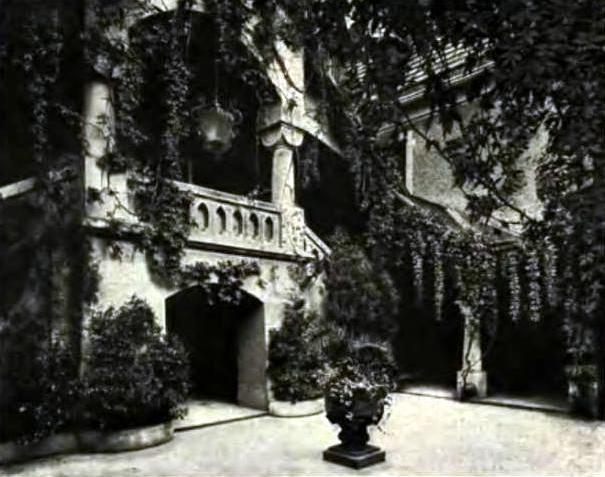 Nowy Kościół, fragment dziedzińca  pałacowego, rok  1909                                                          Zbiory autora /