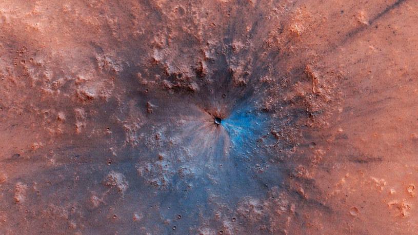 Nowy krater na Marsie /NASA