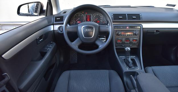 Nowy kształt kierownicy odróżnia wnętrze B7 od poprzedniej generacji B6. Jakość świetna, wygląd ponadczasowy, obsługa – prosta. /Motor