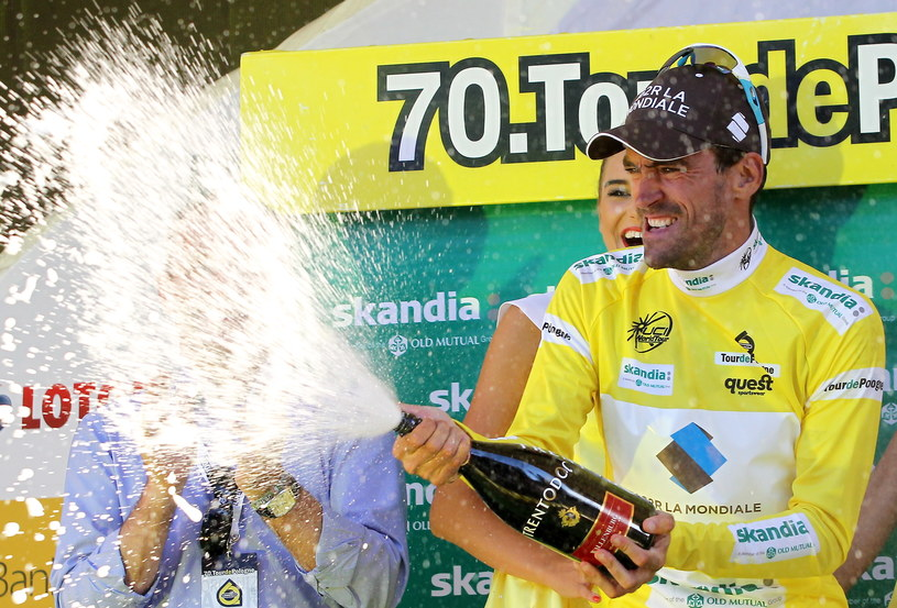 Nowy lider Francuz Christophe Riblon z grupy AG2R na podium po 6. etapie wyścigu Tour de Pologne /Grzegorz Momot /PAP