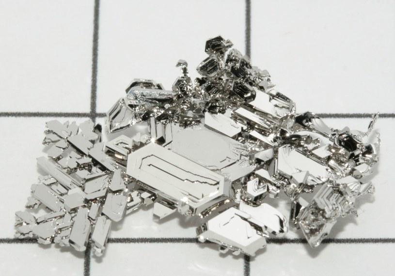 Nowy materiał przypomina zwykłą platynę – jest srebrno-biały i nieco cięższy od czystego złota /Wikipedia