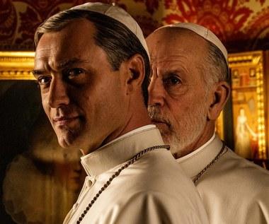 """""""Nowy papież"""": Jude Law i John Malkovich w zwiastunie serialu HBO"""
