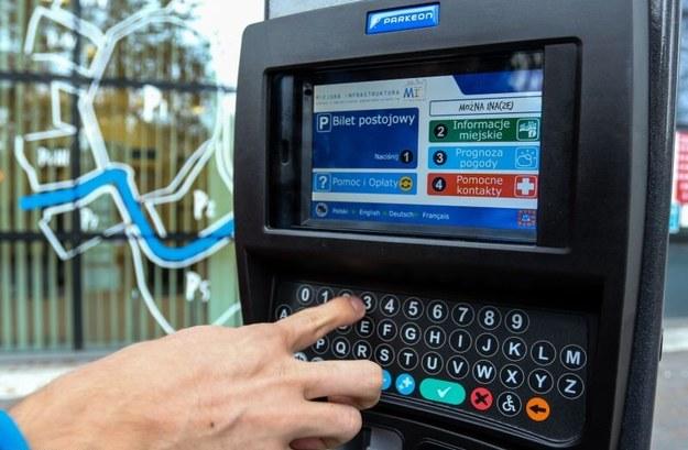 Nowy parkomat robi o wiele więcej, niż tylko wydawanie biletów parkingowych /Jan Graczyński /East News