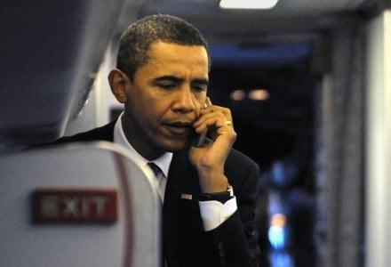 Nowy prezydent nie chce rozstawać się ze swoim starym telefonem /AFP