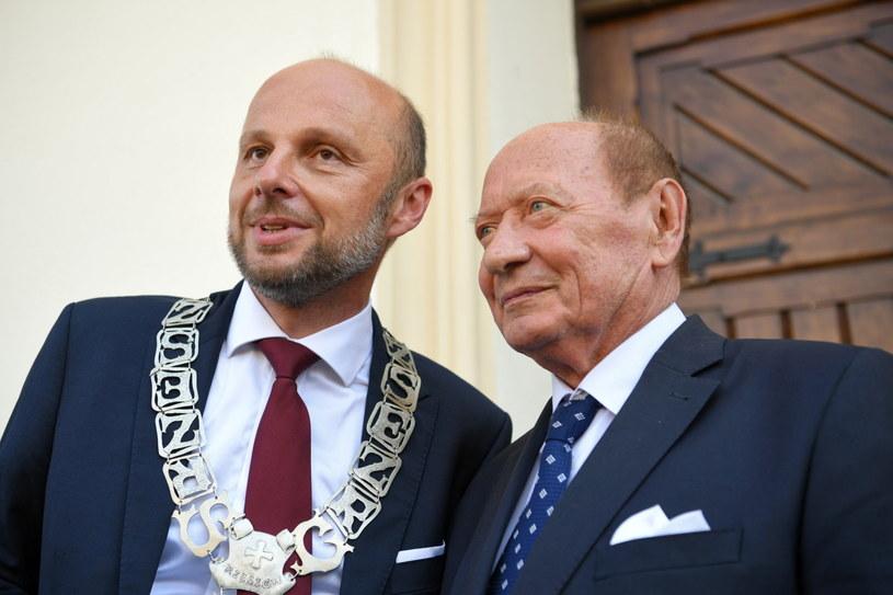 Nowy prezydent Rzeszowa Konrad Fijołek (L) i były prezydent miasta Tadeusz Ferenc (P) po uroczystości zaprzysiężenia / PAP/Darek Delmanowicz  /PAP
