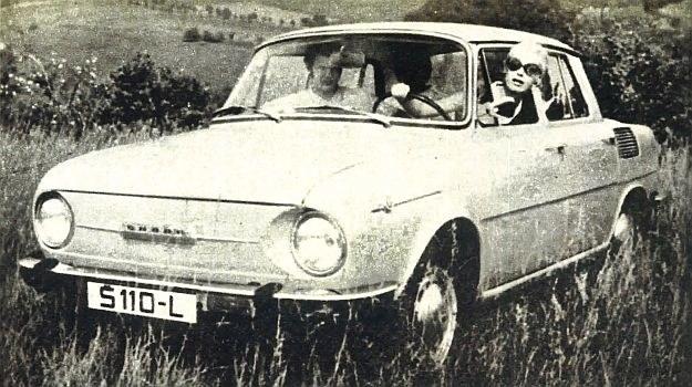 Nowy produkt zakładów Skoda w Mlada Boleslav. Na zdjęciu model 110 L z silnikiem 1100 cm3, w wykonaniu luksusowym. Typ Skoda 100 nie ma listew obok znaku fabrycznego z przodu samochodu, ozdobnych kołpaków kół oraz listwy pod progami drzwi samochodu. /Skoda