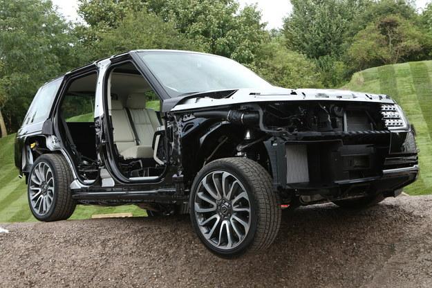 Nowy Range Rover ma aluminiową strukturę nadwozia, lżejszą od stalowej w poprzednim modelu o 180 kg. Dalsze 170 kg zaoszczędzono m.in. na komponentach zawieszenia i wnętrza. /Land Rover