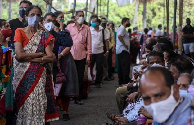 Nowy rekord – ponad 346 tys. zakażonych koronawirusem w ciągu doby w Indiach /DIVYAKANT SOLANKI /PAP/EPA