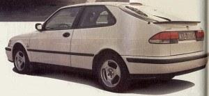 Nowy Saab 9-3 niewiele różni się od swego poprzednika - modelu 900. Ma ten sam charakterystyczny kształt klina z wysoko prowadzoną tylną krawędzią. Wadą takiej konstrukcji nadwozia jest słaba widoczność do tyłu. /Motor