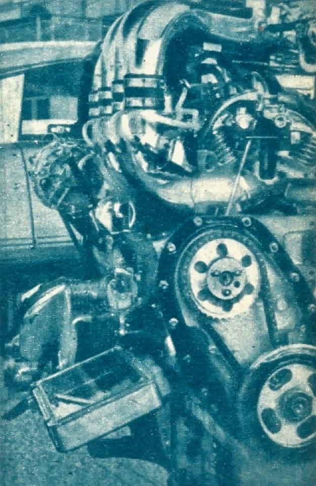 """Nowy silnik Citroena. Po lewej u dołu — elektronowa """"magiczna skrzynka"""" dozująca ilość paliwa. /Citroen"""