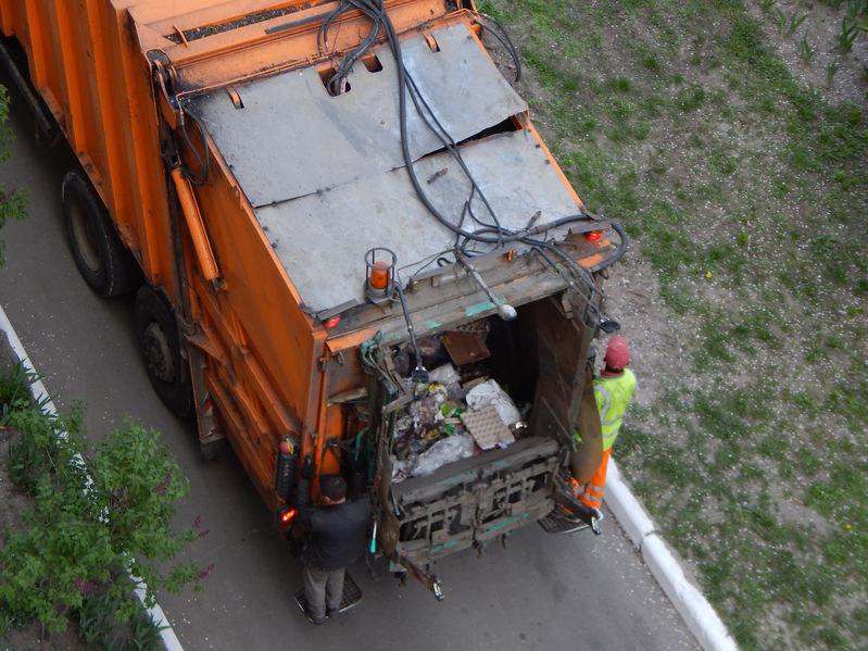 Nowy spsób naliczania opłat za śmieci budzi kontrowersje /123RF/PICSEL