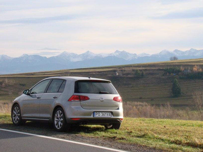 Nowy VW Golf podczas górskiej wycieczki. W tle słowackie szczyty /INTERIA.PL