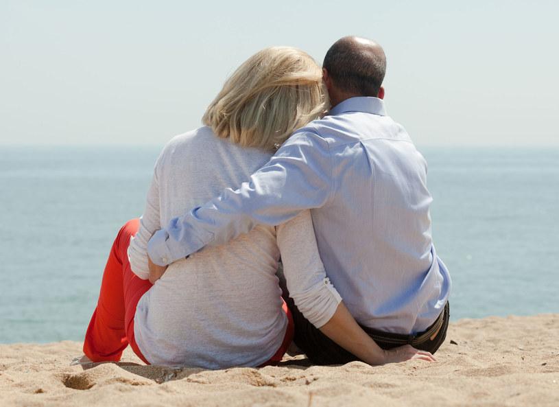 Nowy związek, wakacyjny romans - oto częste zachowania ryzykowne wśród osób 50+ /123RF/PICSEL