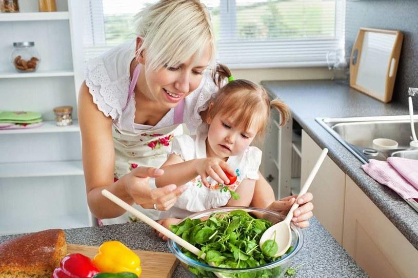 Noże i ostre narzędzia trzeba chować przed dzieckiem /123RF/PICSEL