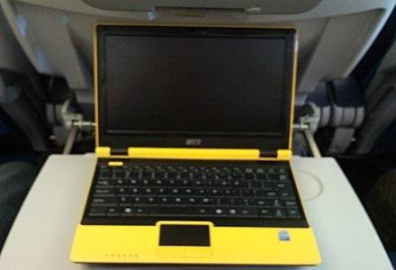 NTT Corrino 100I na pokładzie samolotu z Tokio do Helsinek. W podróży netbook sprawuje się świetnie. /INTERIA.PL