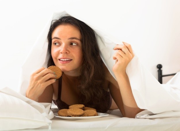 Nuda sprzyja jedzeniu, a nadmierne przejadanie się tyciu /123RF/PICSEL