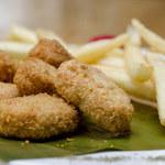 Nuggetsy rybne z sosem śliwkowym