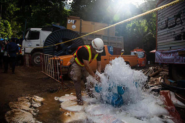 Nurt wody utrudniał rozpoczęcie akcji ratunkowej /Getty Images