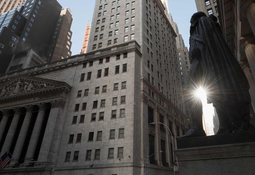 NYSE (z lewej) i pomnik Jerzego Waszyngtona na Wall Street /AFP
