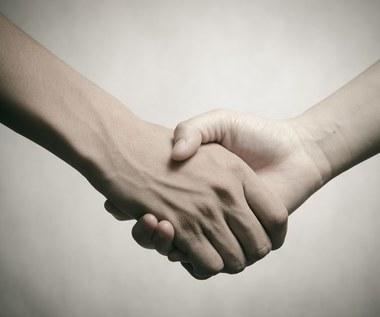 O czym może świadczyć osłabienie uścisku dłoni?
