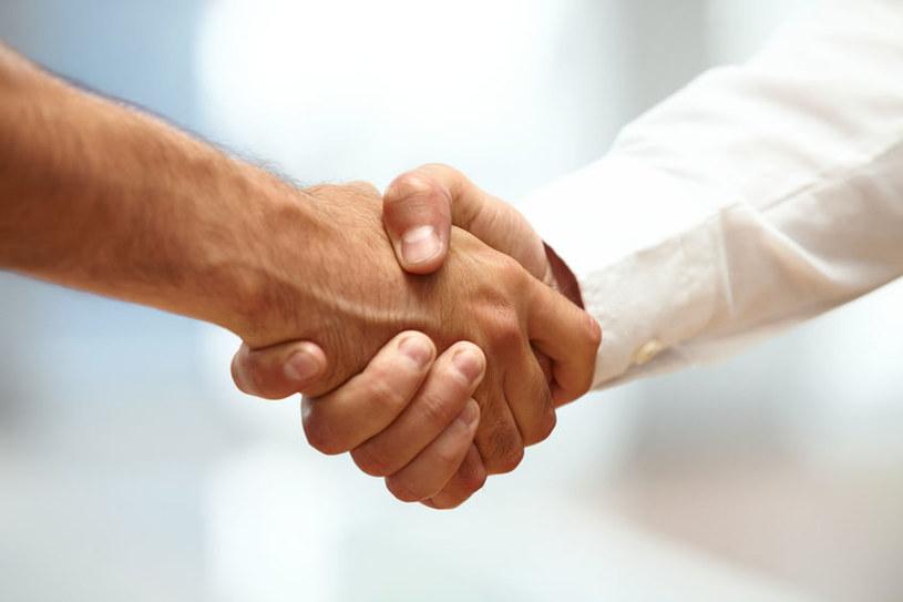 O czym świadczy osłabienie uścisku dłoni? /©123RF/PICSEL
