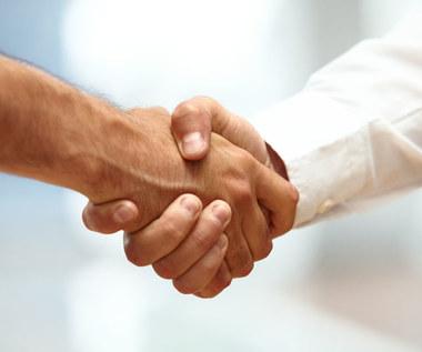 O czym świadczy osłabienie uścisku dłoni?