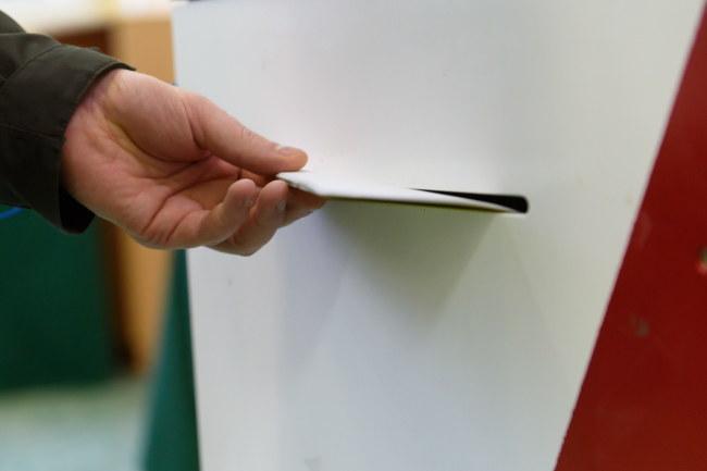 O godz. 7 rano w niedzielę rozpoczęło się głosowanie w wyborach parlamentarnych. Do Sejmu startuje prawie 8 tys. kandydatów; do Senatu - ponad 400. Do zakończenia głosowania o godz. 21 trwa cisza wyborcza. /Jakub Kaczmarczyk /PAP