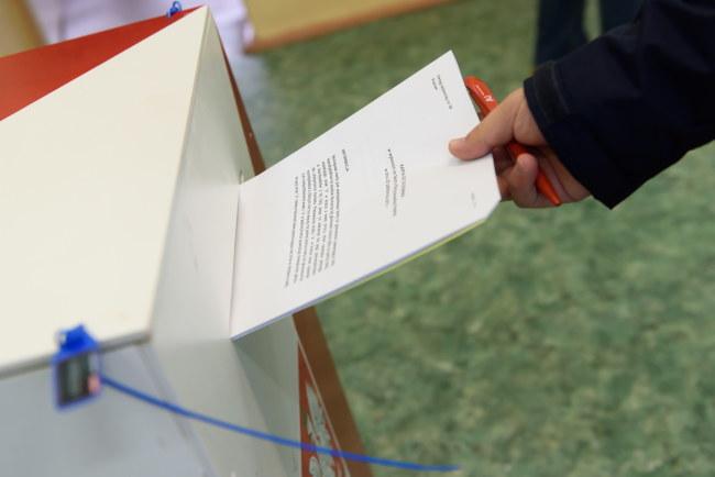 O godz. 7 rano w niedzielę rozpoczęło się głosowanie w wyborach parlamentarnych. Do zakończenia głosowania o godz. 21 trwa cisza wyborcza /Jakub Kaczmarczyk /PAP