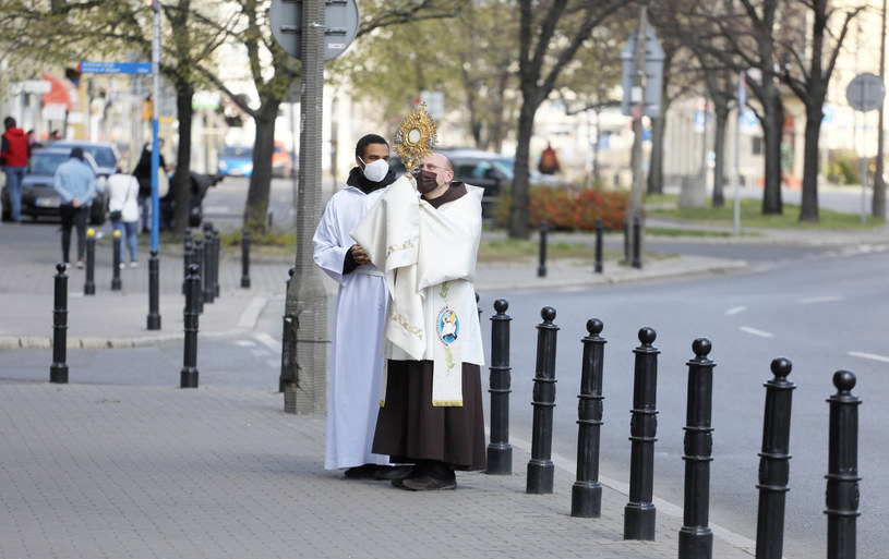 O. Lech Dorobczyński z monstrancją na ulicach Warszawy podczas Niedzieli Miłosierdzia Bożego /Jakub Kamiński   /East News