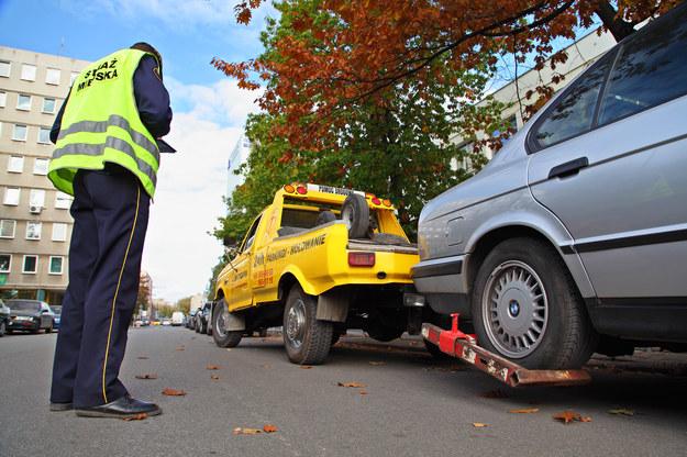 O odholowaniu samochodu zwykle decydują strażnicy miejscy. Koszt całej operacji (kilkaset złotych) ponosi kierowca. /Motor