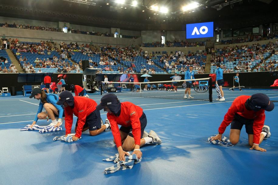 O odpowiednie warunki gry dla tenisistów odpowiada wiele osób /HAMISH BLAIR /PAP/EPA