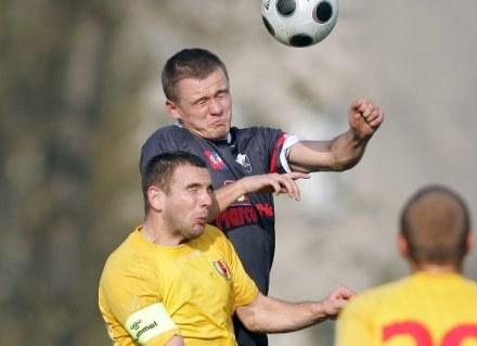 O piłkę walczą Dariusz Gawęcki (z prawej) i Robert Bednarek, fot: Michał Nowak /Agencja Przegląd Sportowy