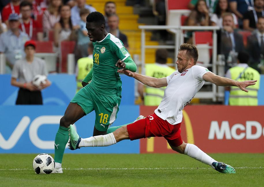 O piłkę walczą Ismaila Sarr i Maciej Rybus /YURI KOCHETKOV /PAP/EPA