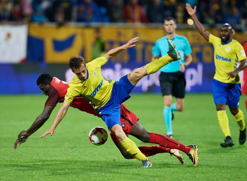 O piłkę walczą Tadeusz Socha (żółta koszulka) i Paul Onuachu /Adam Warżawa /PAP