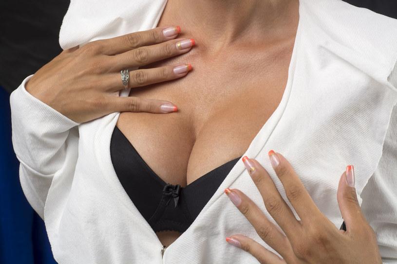 O skórę dekoltu powinny dbać szczególnie posiadaczki obfitego biustu /123RF/PICSEL