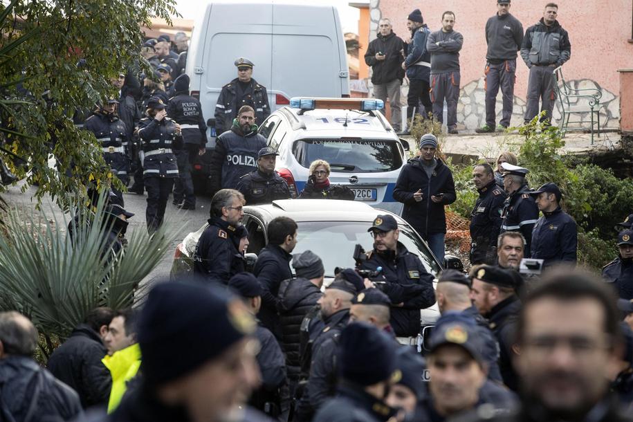 O świcie do ośmiu jego willi wkroczyły oddziały policji i straży miejskiej z nakazem eksmisji i rozebrania budynków /MASSIMO PERCOSSI /PAP/EPA