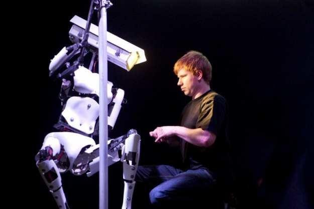 O to, przynajmniej na razie, najważniejszy news z targów CeBIT 2012 - robot tańczący na rurze /AFP