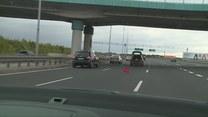 O tym kierowcy muszą pamiętać. Jak zachować się w przypadku awarii lub przebitej opony?