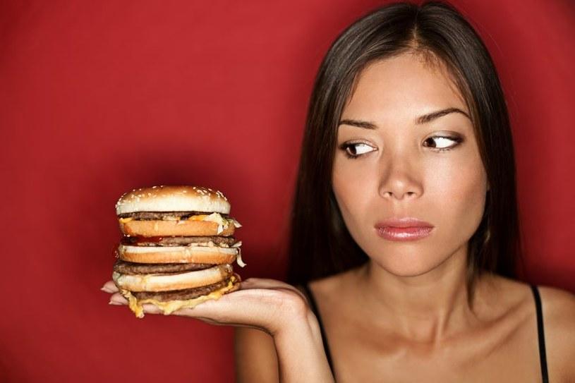 O tym, że musisz omijać szerokim łukiem fast foody, chyba nie musimy ci przypominać? /123RF/PICSEL