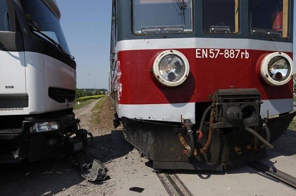 Do kolizji tira z pociągiem osobowym doszło w Białymstoku. Ciężarówka wjechała na niestrzeżony przejazd kolejowy przy ulicy Olsztyńskiej, na osiedlu Białostoczek. Nikomu nic się nie stało. Tragedia była o włos.