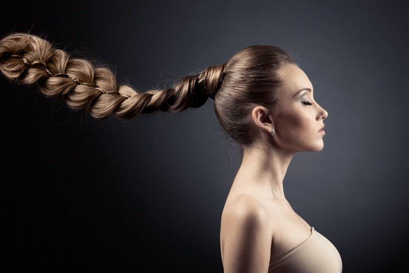 O włosy możesz również zadbać odpowiednim dotykiem /123RF/PICSEL