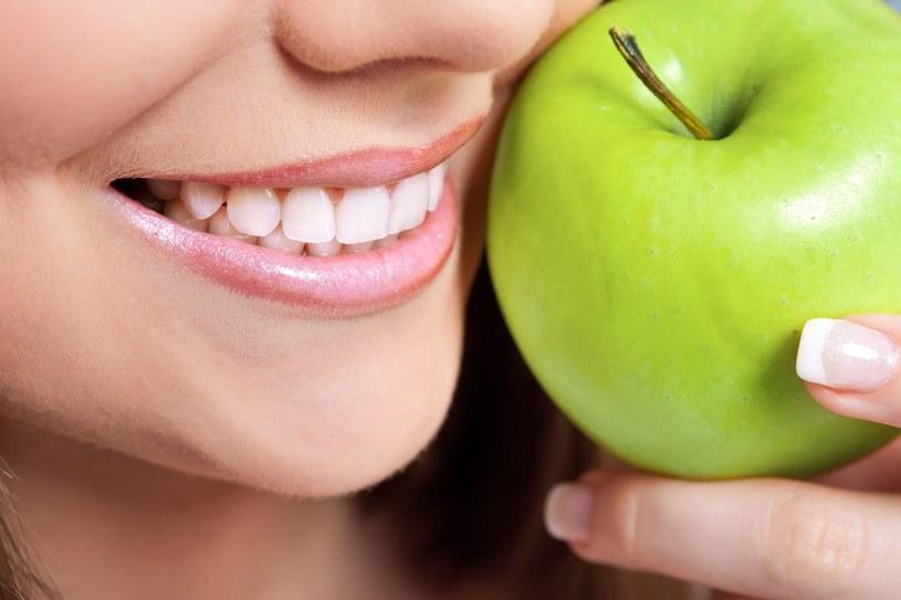 O zdrowe zęby możemy zadbać, jedząc odpowiednie produkty /123RF/PICSEL