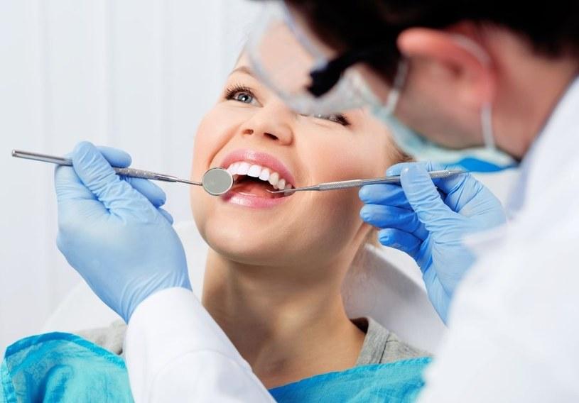 O zęby trzeba odpowiednio dbać /123RF/PICSEL