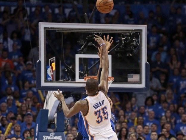 O zwycięstwie Thunder zadecydował rzut Kevina Duranta na 1,5 s przed ostatnią syreną /AFP