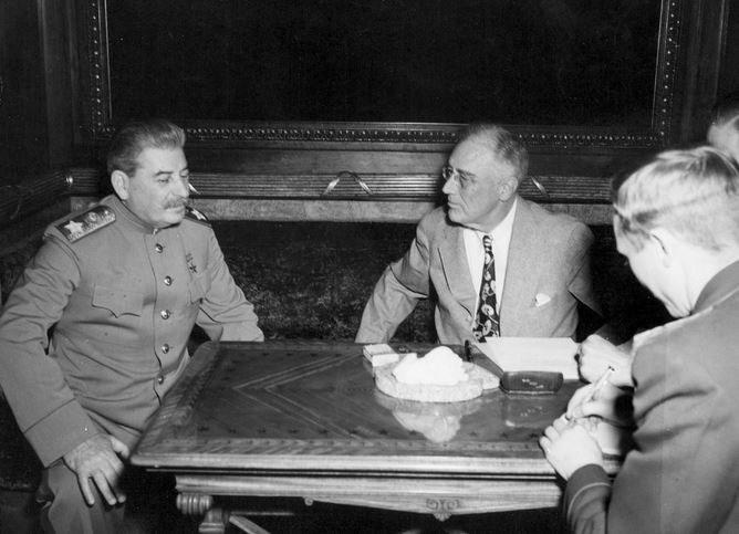 Obaj przywódcy bardzo często rozmawiali ze sobą jedynie w towarzystwie tłumaczy /Getty Images/Flash Press Media